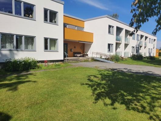 KOMMUNALE OMSORGSBOLIGER: Kornmoveien 16 på Tårnåsen er et stort kommunalt bygg fra 1968, med rundt 30 trygdeboliger/omsorgsboliger fordelt på to etasjer.