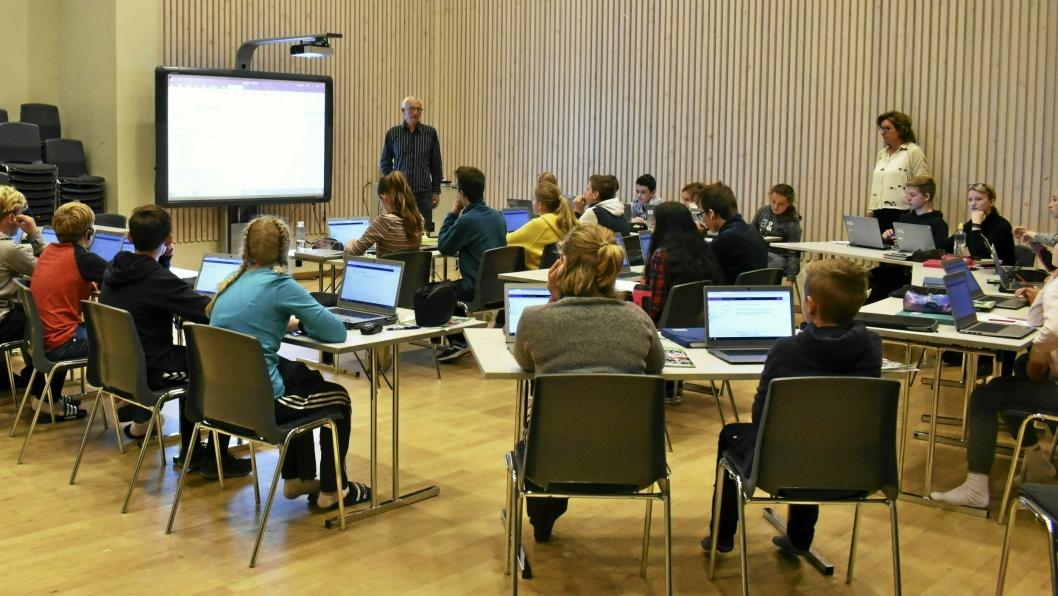 UNGDOMSSKOLE: Dette bildet er fra da det ble markert at  alle Oppegårds skoleelever fikk egen iPad eller PC i 2017.