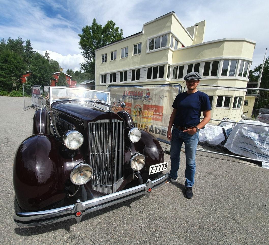 FRA 1930-TALLET: Thomas Falkenberg med sin Packard fra 1937 (veteranbilen ble kjøpt for 70.000 dollar på en auksjon i USA og ble fraktet til Norge for ti år siden), står utenfor Tyrigrava, som ble oppført i 1932.
