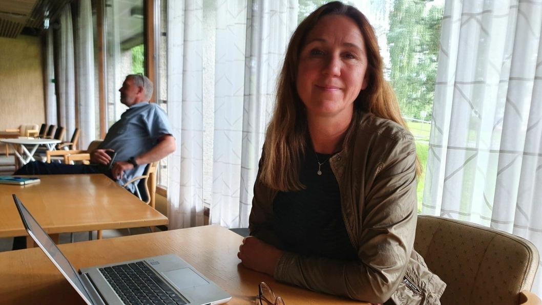 – For å unngå å bryte enmetersregelen blir ikke førsteklasseforeldrene invitert inn i klasserommet, sier områdeleder for skolene i Nordre Follo, Katti Anker Teisberg.