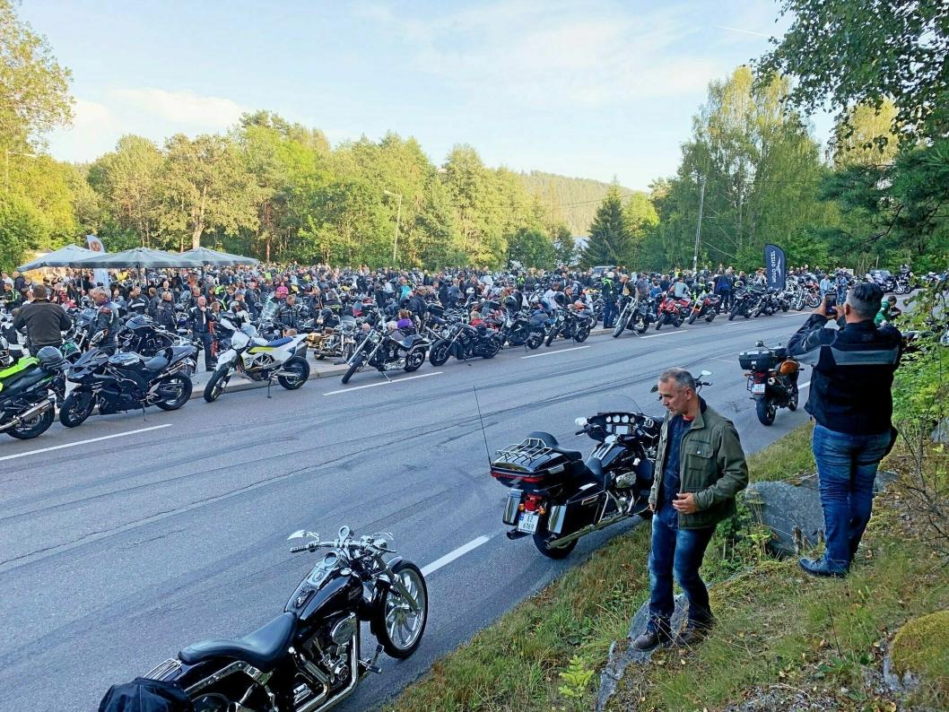 POPULÆRT MØTESTED: På en onsdagskveld på sommerstid, som er kvelden for MC-folket, kan det være mellom 500 og 1000 motorsykler på utsiden av Tyrigrava. Bildet er fra MC-treffet 21. august 2019.