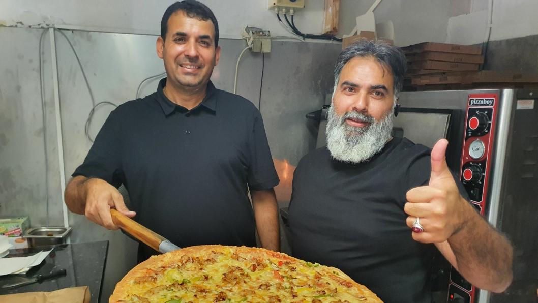 ØNSKER ALLE VELKOMMEN: Tasweer Shah (43) og Tamoor Bokhari (44) inviterer alle til å teste pizza hos Pizzakongen Oppegård.