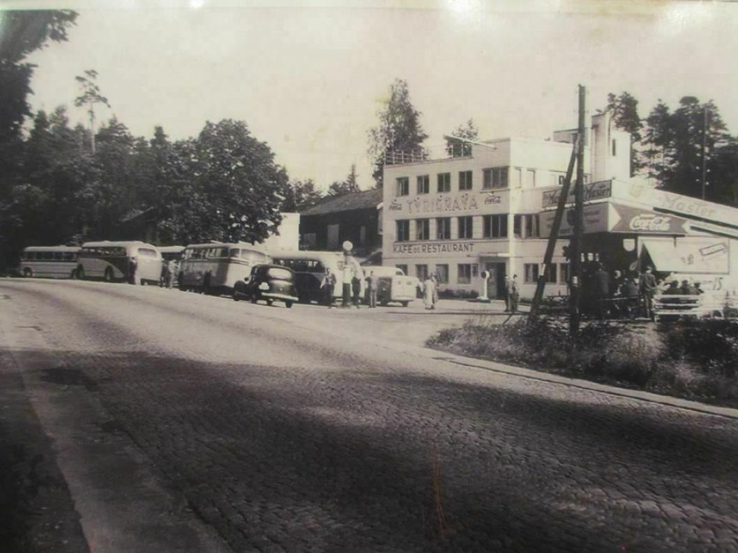 SJEKK SKILTET: Dagens bygning i funkisstil ble åpnet i 1933. Eiendommen hadde den første bensinpumpen langs Riksvei 1 (Esso) og Norges første døgnåpne kafé. Bildet viser Tyrigrava i 1953. Slik så bygningen også ut i 1933 da den ble åpnet.