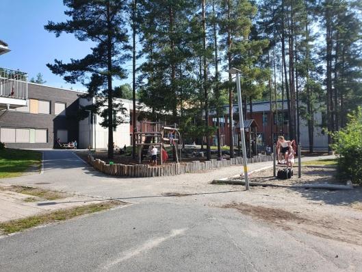 SKOLEN I SKOGEN: Skolen har flere lekestativer til de yngste barna, men veldig få stativer til de eldste elevene på skolen.