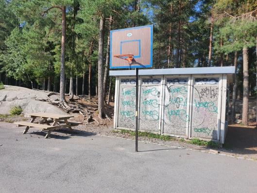 POPULÆRT MED BASKETBALL: Snart får skolen to nye basketkurver.