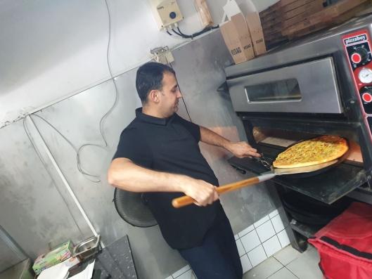 STEKES I ÅTTE TIL TI MINUTTER: Ifølge Tamoor Bokhari stekes pizza i åtte til ti minutter.