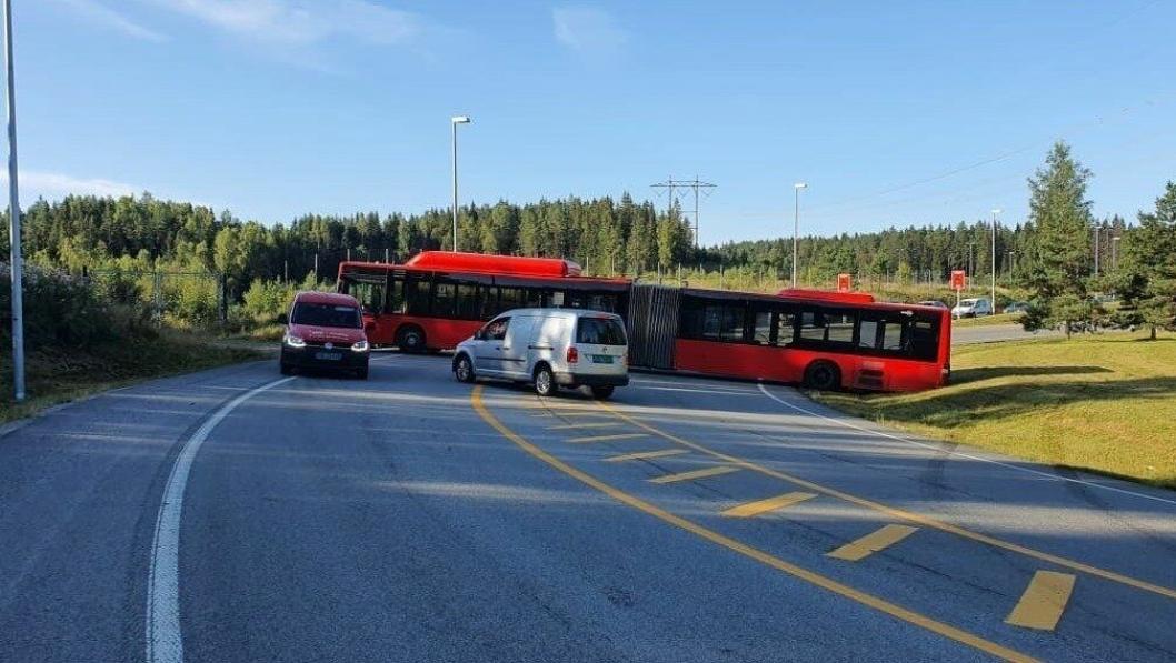 PÅ TVERS: Bussen står på tvers og dekker så godt som begge veibanene i ved innkjøringen til E6.