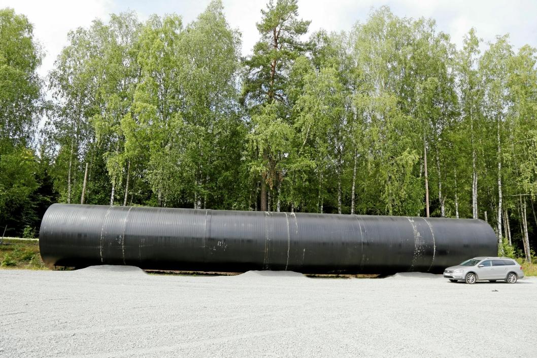 30 METER: Plastrøret er 30 meter langt og veier 42 tonn. Det ble transportert til Norge i tre deler og sveiset sammen til ett rør.