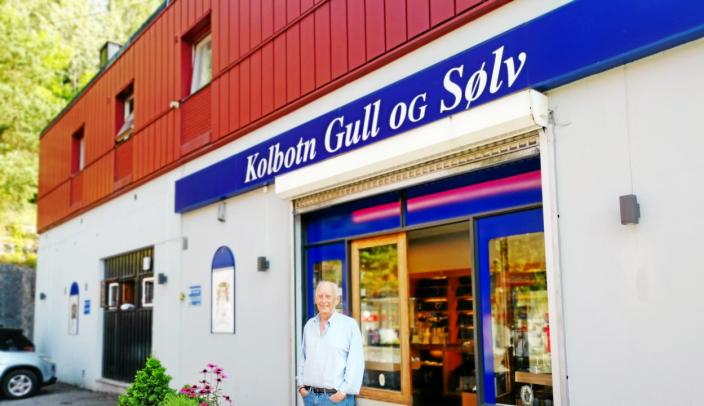 INGEN HVILESKJÆR: – Det er innbyggerne som har gjort sitt til at butikken har blitt så bra, sier Tore Johnsen. 75-åringen har ingen planer om å trekke seg tilbake fra butikkdriften.