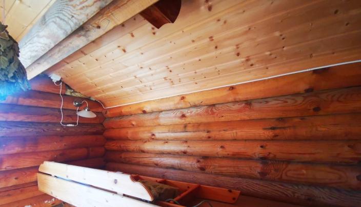 INNENDØRS: Stabburet brukes i dag som lager, men har god plass til overnattingsgjester.