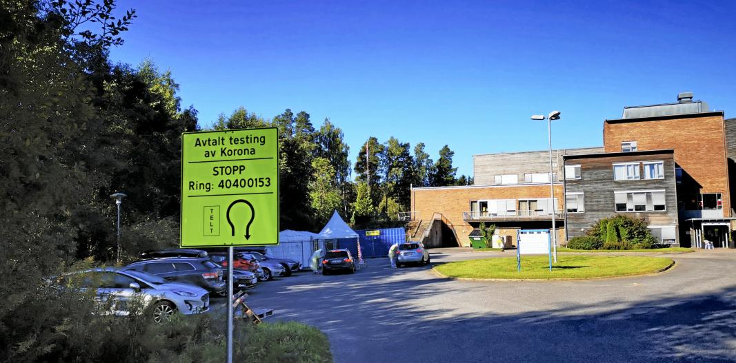 DAGENS TESTSTASJON I TELT: Teltene ved Langhus bo- og servicesenter brukes som kommunens teststasjon i dag, men det jobbes med å finne egnede lokaler for teststasjonen. Foto: Sigbjørn Vedeld.