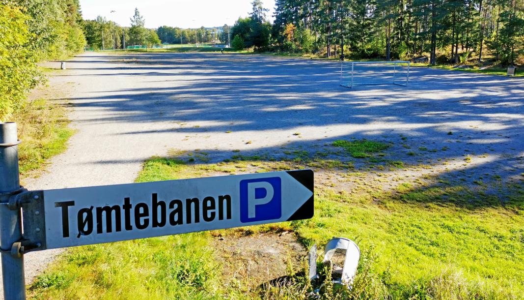 SKULLE HA VÆRT FERDIGSTILT: Den nye kunstgressbanen som skulle bygges på Tømtebanen, skulle stå ferdig i disse dagene. Foto: Sigbjørn Vedeld