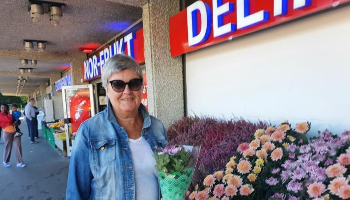 FAST KUNDE: – Jeg handler mye her på våren for å fylle blomsterkassene hjemme med blomster, men jeg er også ofte innom for å kjøpe blomster til helgen, sier Marit Husrem (69) fra Kolbotn. Foto: Yana Stubberudlien