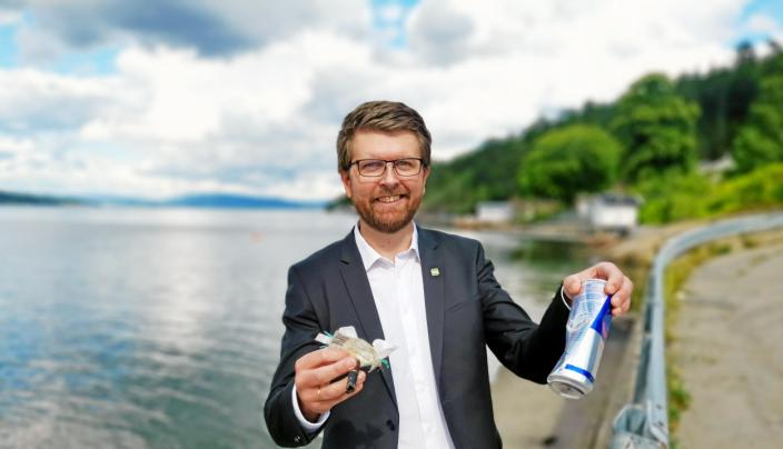SØPPELJAKT: Mens han ventet på de andre, tok MDGs varaordfører Hans Martin Enger en rask søppelplukking ved Bålerud brygge. Varaordføreren hadde dressen på ettersom han skulle direkte til rådhuset for å gjennomføre en vielse av et brudepar.