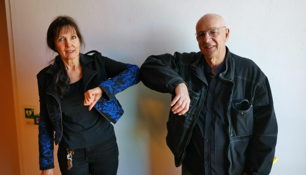 KOLLEGER: Med korrekt avstand er kunsterkollegene Stine Vogt og Gerard Waegeneire klare for åpningen av årets høstutstilling i Kolben førstkommende lørdag.