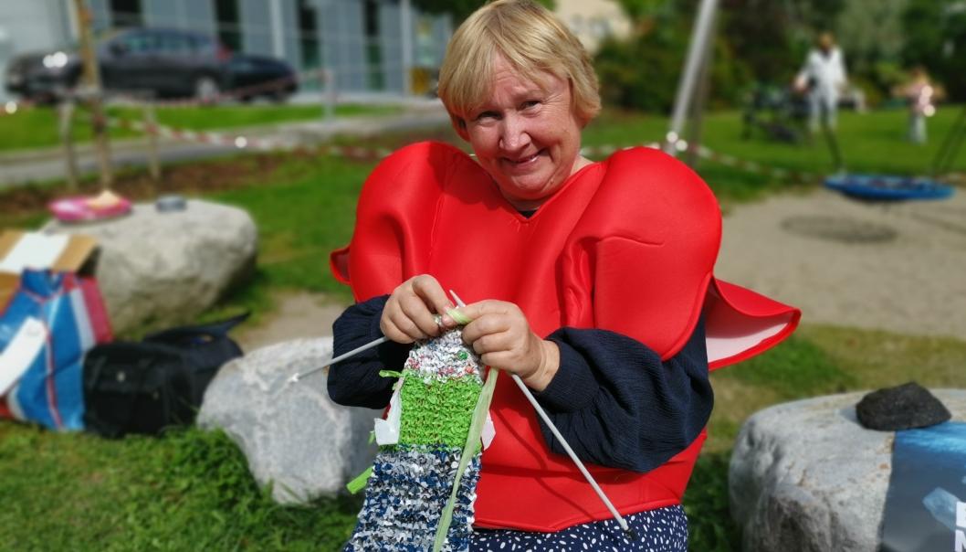 Anne Solhaug ved Frivilligsentralen. Inviterere til  strikke skjerf av breposer til inntekt for TV-aksjonen.