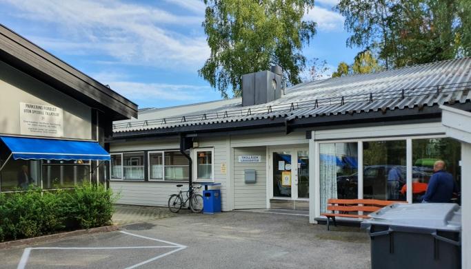 HER SKAL DET BYGGES ET TORG: Sidebygningen med legesenteret og tannlegesenteret skal rives etter at det nye helsesenteret er på plass. Det skal etableres et torg mellom det nye helsesenteret og dagens hovedbygg med Kiwi-butikken.