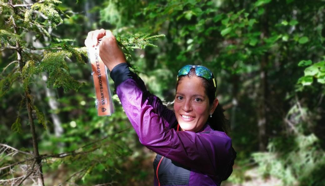 MARKØRER: Ida Westgaard henger opp markører du kan se etter når du løper Svartskogløpet.