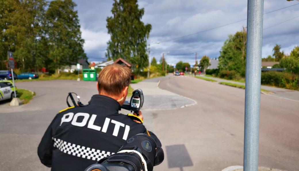 SJEKKER FARTA: Gruppeleder Rune Dahl i Utrykningspolitiet måler farten til bilistene i Valhallaveien på Tårnåsen.