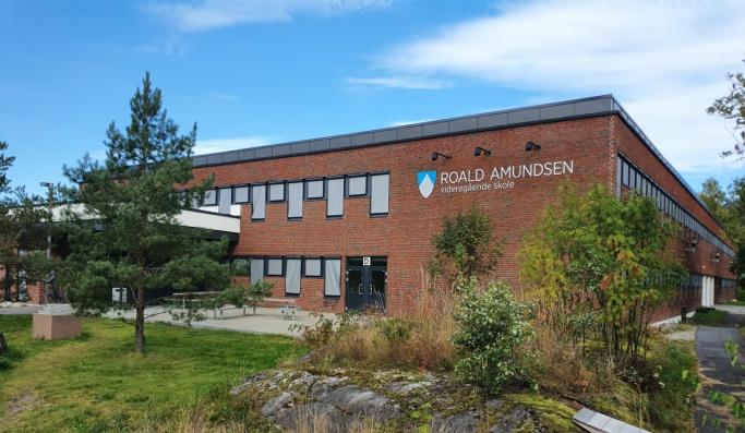 50 ÅR I ÅR: Roald Amundsen videregående skole ble etablert som Oppegård Gymnas i 1970 og leide lokaler i Ingieråsen skole fram til august 1975 da skolen flyttet inn i nye lokaler på Sofiemyråsen. I 2011 ble det vedtatt å endre skolens navn i forbindelse med 100-årsmarkeringen for Roald Amundsens ekspedisjon til sydpolen, og 1. august 2012 ble skolens navn endret fra Oppegård videregående skole til Roald Amundsen videregående skole. Foto: Yana Stubberudlien
