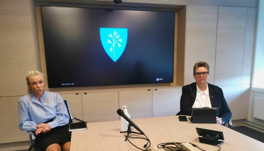 PRESSEMØTE: Konstituert kommuneoverlege Kerstin Anine Johnsen Myhrvold og ordfører Hanne Opdan informerte om den alvorlige smittesituasjonen på et pressemøte fredag kveld.