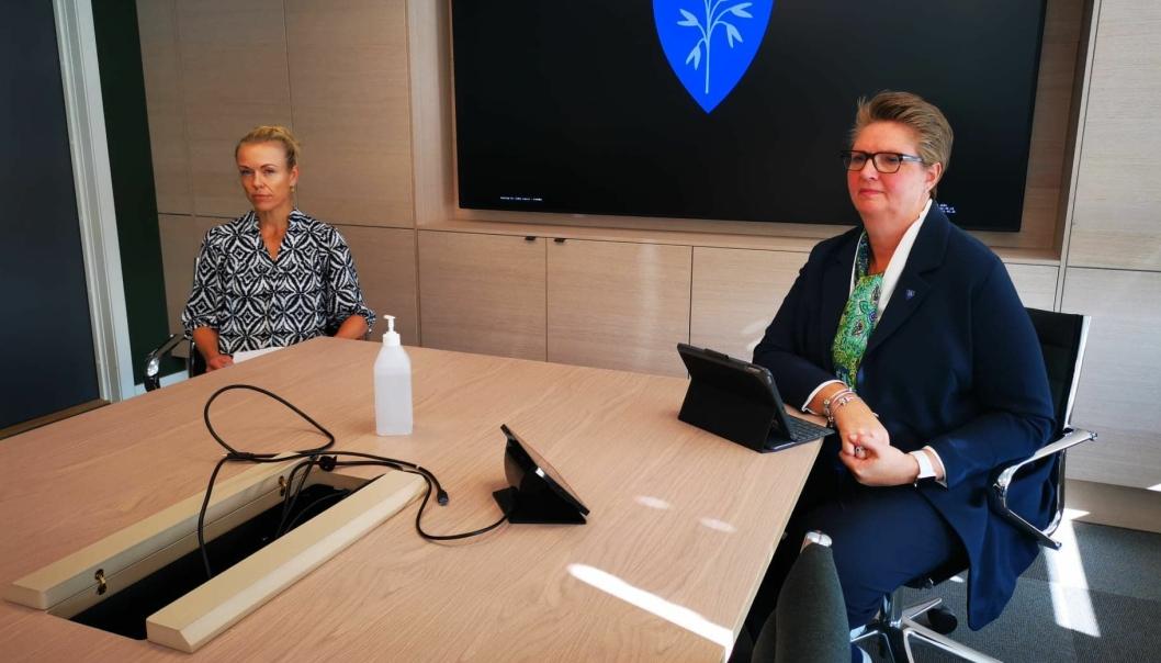 OPPDATERTE: Konstituert kommuneoverlege Kerstin Anine Johnsen Myhrvold (t.v.) og ordfører Hanne Opdan oppdaterte om smitteutbruddet ved Ski sykehus