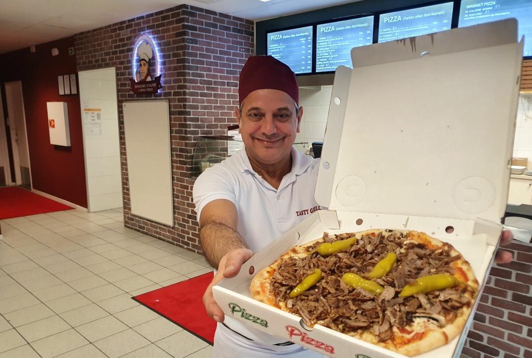 NYSTEKT KEBABPIZZA: viser frem stedets spesialitet, kebabpizza på italiensk pizzabunn. Foto: Yana Stubberudlien