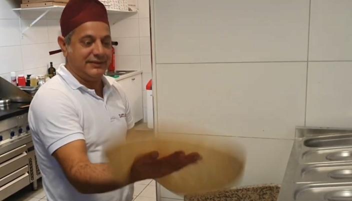 25 ÅR SOM PIZZABAKER: Adnan Altun er ansatt som daglig leder ved Tasty Grill Sofiemyr.