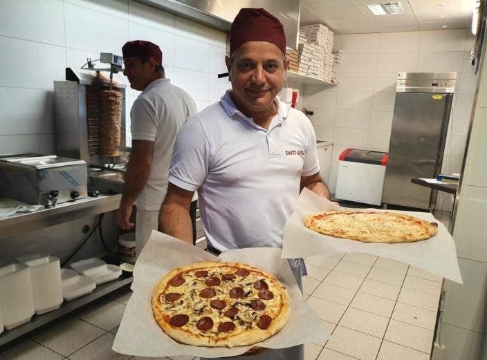 18 PIZZATYPER: Gatekjøkkenet selger alt fra Pizza Margherita og Pizza Capricciosa til Kebabpizza og Tacopizza.