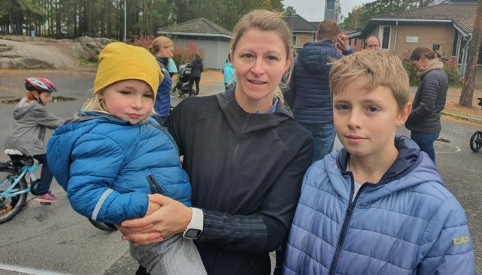 BEKYMRET FOR BARNA: Trebarnsmor Lena Leder (41) fra Vestenga med datteren Juno (3) og den eldste sønnen, Finus Cosmo (13).