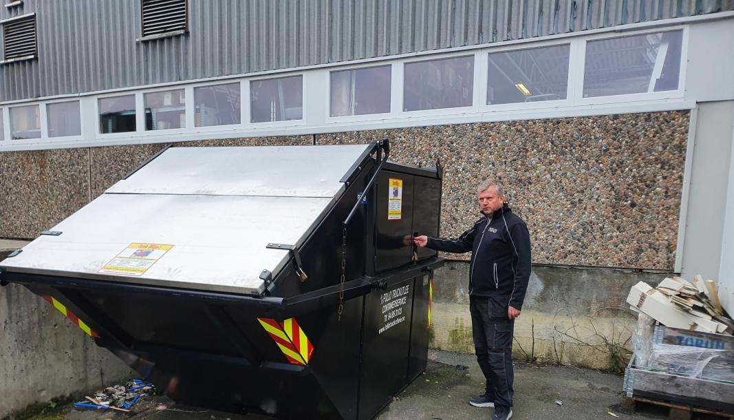 LÅSER CONTAINERNE: Lagersjef Einar Olsen låser containerne. Foto: Yana Stubberudlien