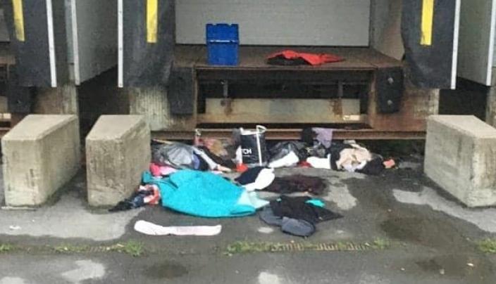 BLE FUNNET I DAG: Gamle klær og mye søppel ble strødd rundt på baksiden av bygningen.