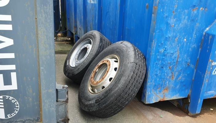 LASTEBILHJUL: Det kastes alt fra husholdningssøppel til lastebilhjul i firmaets containere. Foto: Yana Stubberudlien