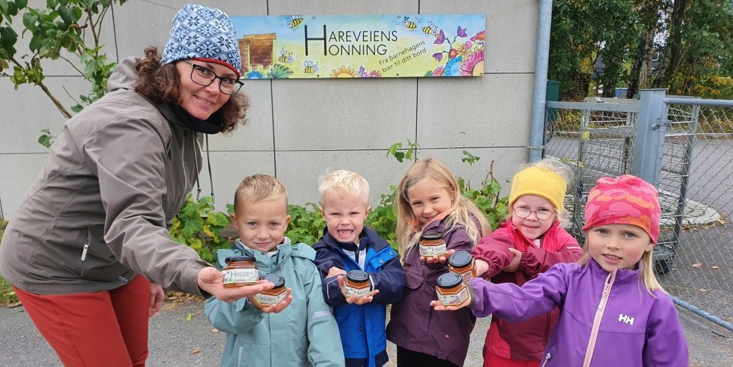 KORTREIST HONNING TIL SALGS:  Pedagogisk leder Hege Skoglund (51) fra Tårnåsen med femåringene Maxander, Edwin, Andrea, Ellinor og Frida har 400 glass med honning til salgs. Foto: Yana Stubberudlien