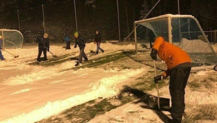 SOFIEMYR KUNSTGRESS 11. NOVEMBER 2019: Rundt 30 trenere og foreldre til fotballglade barn fra Kolbotn og Sofiemyr stilte opp på Sofiemyr kunstgressbane i fjor vinter. De jobbet i nesten tre timer og fikk måkt halve banen.
