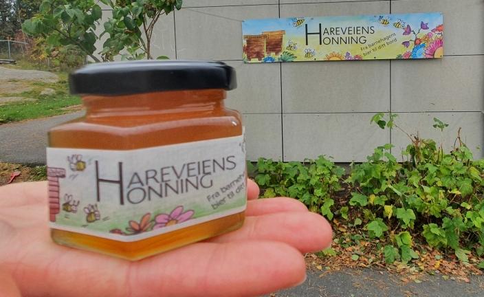 400 GLASS: Barnehagen har produsert 400 glass med lys honning, som tilsvarer cirka 50 kilo honning.