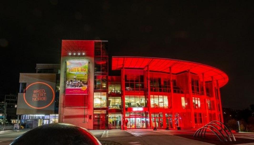 MARKERING OVER HELE LANDET: Kolben ble lyssatt i rødt onsdag kveld. Det gjør de for å markere at det er rødt farenivå for bransjen – hvis de ikke får krisepenger fra myndighetene. Foto: Magne Nordby Riise