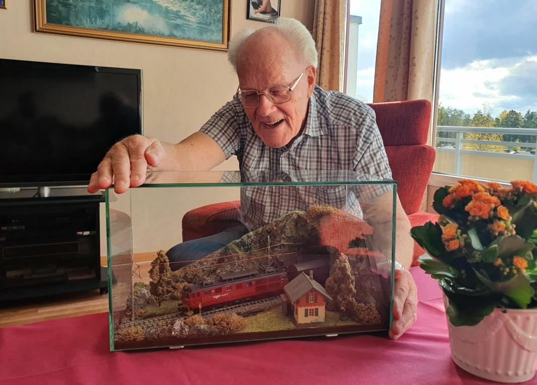 50-ÅRSGAVEN: Tidligere spesialarbeider Ørnulf Eriksen fikk en modell av yndlingslokomotivet sitt, El 14-2170, da han fylte 50 år. Foto: Yana Stubberudlien