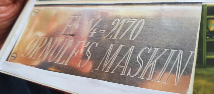 ØRNULFS MASKIN: Det gamle skiltet med Ørnulfs navn på er fortsatt festet på siden av lokomotivet El 14-2170, som går over hele landet med unntak av Nord-Norge.