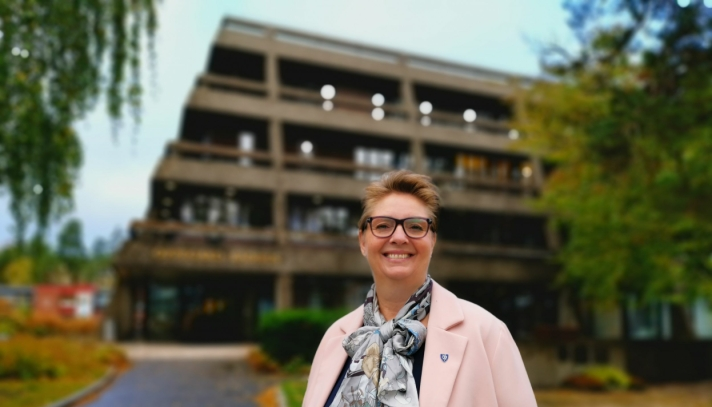 HÅPER PÅ KREATIVITET: Ordfører Hanne Opdan inviterer innbyggerne til å sende inn forslag til nytt navn på Oppegård rådhus.