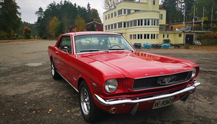 GOD MATCH: En rød Mustang fra 1966 og Tyrigrava i bakgrunnen. – Jeg er så glad i dette stedet. Her er jeg oppvokst, sier bilentusiast Eva Brattvoll.
