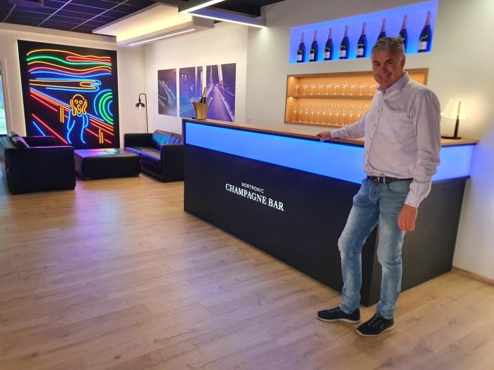INNE I LOKALENE: Et stort showroom ligger i første etasje. På bildet kan du se daglig leder i Nortronic, Rune Vidar Nordum.