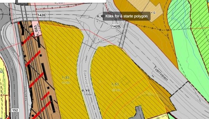 BAKKEVEIEN 1 PÅ MYRVOLL: Områdene S2 og S3 syd for krysset ved Myrvoll stasjon (deler som er regulert til bebyggelsesformål, ikke veiareal) anbefales solgt (se i gult på kartet). Det er likevel slik at Bakkeveien 1 ble flyttet lenger syd for en tid tilbake. Forslaget innebærer således at en mindre del av det som tidligere var regulert til vei, nå regulert til sentrumsformål (brunt), inngår i arealet som anbefales å selge.
