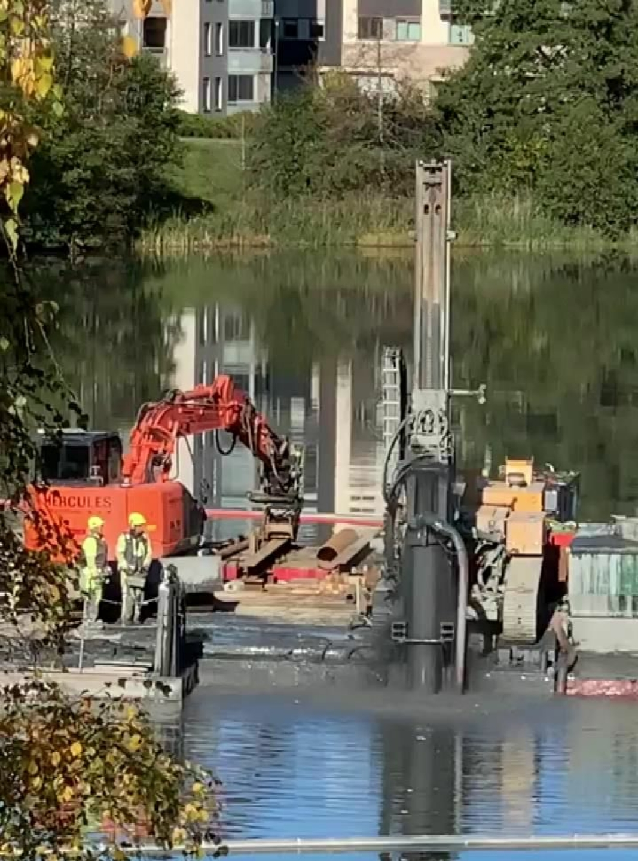 SETTER NED PÆLER: Det jobbes fra flåte på Kolbotnvannet i forbindelse med arbeidet med å sette ned pæler der. Foto: Privat
