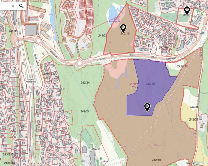 BT2: Kartutsnittet viser det aktuelle feltet (BT2, i lilla farget på kartet), som ligger like bak det kommunale snødeponiet (eiendommen 242/117 på kartet) i Tverrveien og har et areal på rundt 44.000 kvadratmeter. Det lilla feltet foreslås nå solgt til utbygging.
