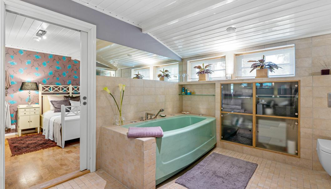 KORT VEI: Det er enkel adkomst fra soverommet til badet via skyvedør.