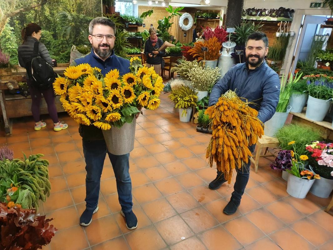 BUGNER AV BLOMSTER: Fetterne Cihad Ugur (34) og Feridun Ugur (37) har drevet en frukt- og grøntbutikk i 17 år. Nå har de åpnet en blomsterbutikk like i nærheten. Alle foto: Yana Stubberudlien
