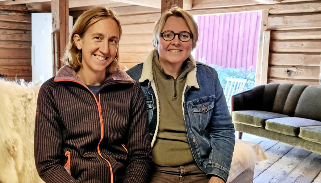 BUTIKK PÅ STABBURET: Kristin (t.v.) og Hilde Hammer Aukrust har åpnet gårdsbutikken på stabburet hvor de også driver spekeri.