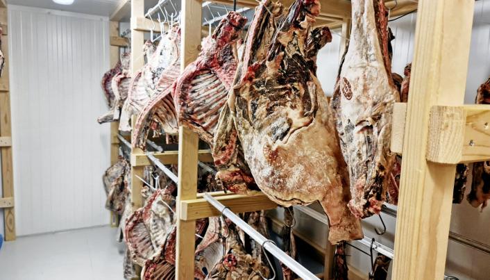 JULEMAT: De første lammesidene er hengt til tørking i spekeriet. Snart åpner gården for bestilling.