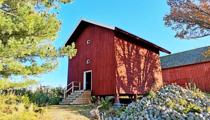 BUTIKKEN: Det gamle stabburet på Søndre Oppegård er blitt både spekeri og gårdsbutikk.